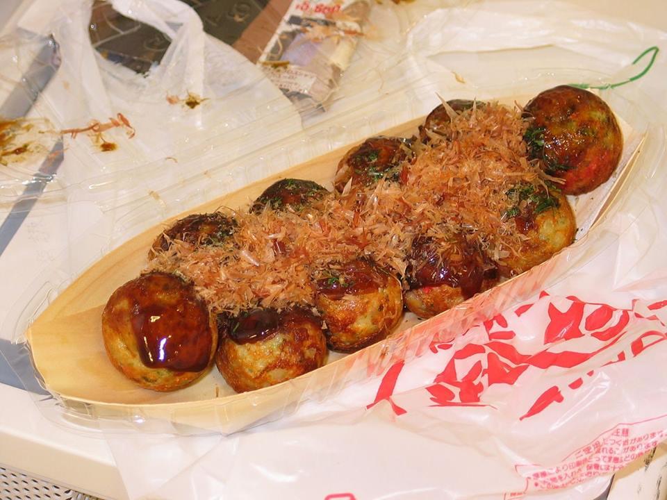 Bánh Takoyaki nóng hổi ngon lành trên đĩa thuyền