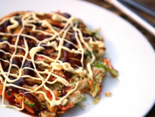 Phổ biến nhất là bánh xèo vùng kansai và hiroshima.